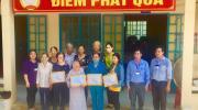 Ủy ban nhân dân xã Tân Quy Tây tặng quà cho các hộ khó khăn