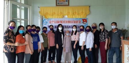 Hội LHPN và Đoàn TNCSHCM xã Tân Quy Tây May và tặng khẩu trang vải cho người dân phòng dịch bệnh Covid-19