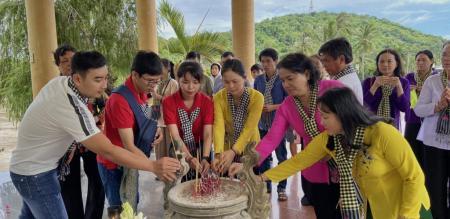 Hội LHPN xã Tân Quy Tây phối hợp Đoàn TNCSHCM Tổ chức hoạt động về nguồn viếng mộ chị Phan Thị Ràng
